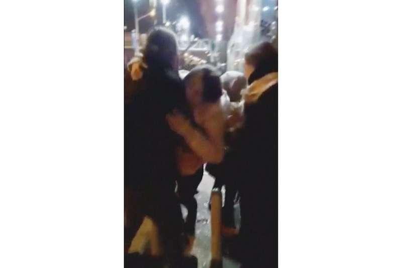 伊朗警方12日晚間開槍打傷首都德黑蘭一名女性示威者(美聯社)