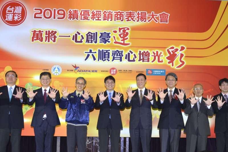體育署署長高俊雄(中)、台灣運彩董事長陳進福(右四)、台灣運彩總經理林博泰(左二)、威剛科技副總林天瓊(右三)感謝台灣運彩績優經銷商為2019年的付出。(圖/台灣運彩提供)