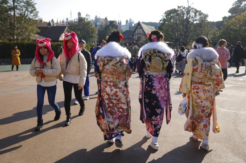 和服、振袖。每年1月的第2個星期一是日本的「成人之日」,年滿或即將年滿20歲的年輕男女大多會穿上傳統服飾慶祝自己成人。(美聯社)