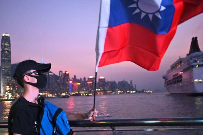 香港示威者多次在抗議時高舉台灣的旗幟。(BBC中文網)
