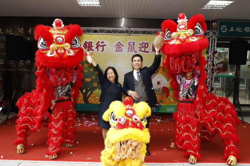 臺灣土地銀行董事長黃伯川(右)與總經理謝娟娟接受舞獅團祝福本行新春好彩頭、業績旺旺來。(圖/土地銀行提供)