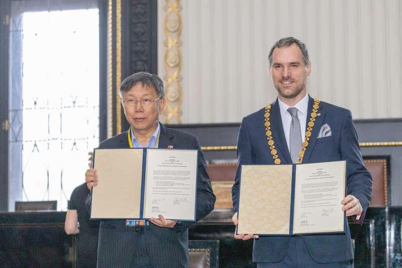 台北市長柯文哲(左)13日與布拉格市長賀瑞普 (右)簽訂姊妹市。前外交官劉仕傑在臉書指出,外交部的貼文中居然沒看到柯文哲的名字與照片。(資料照,取自柯文哲臉書)