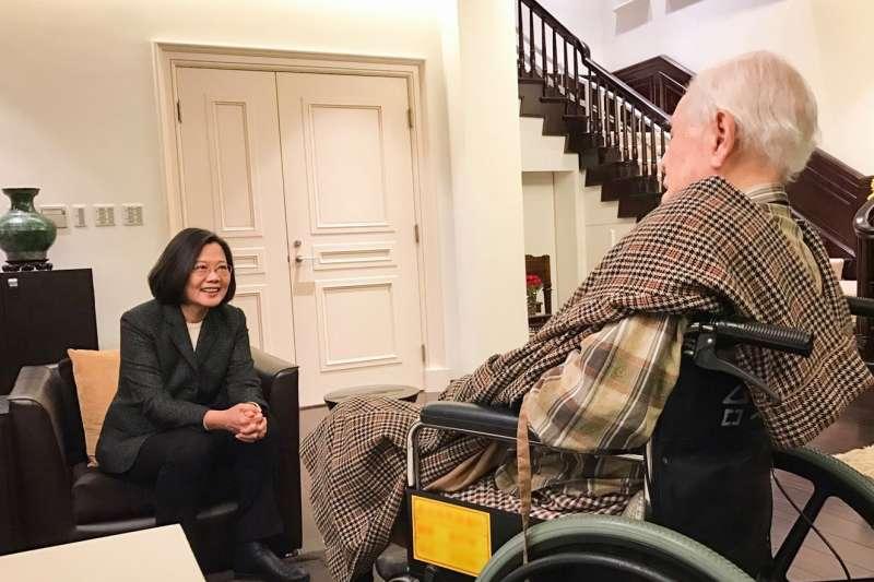 20200114-總統蔡英文14日晚間與總統府秘書長陳菊去探望前總統李登輝。(取自蔡英文臉書)