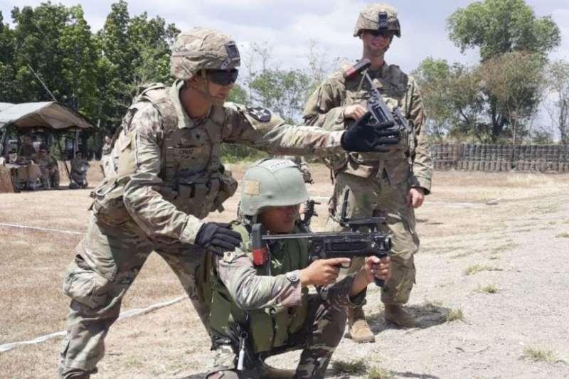 美國陸軍訓練菲律賓軍人(美國之音/美國陸軍2019年3月6日照片)