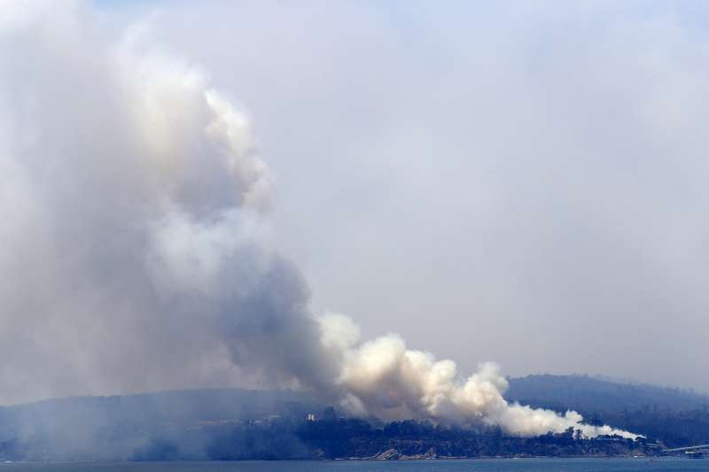 澳洲野火綿連數月,所形成的煙霧衝上平流層飄散至全世界,影響多國空氣品質。(AP)