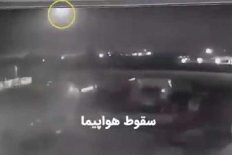 監視器拍下烏克蘭國際航空編號PS752班機遭飛彈擊中後全機起火的影像。(翻攝Youtube)