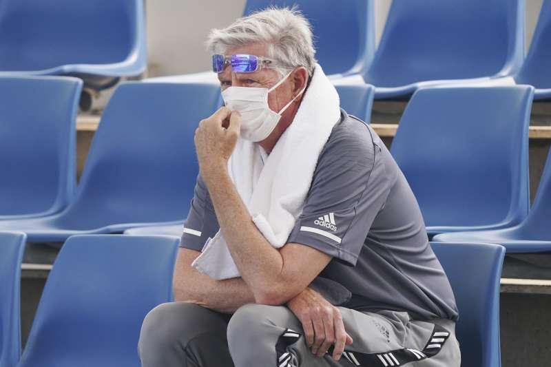 澳洲野火所引起的煙霾,嚴重影響墨爾本的空氣品質,不僅球迷必須戴上口罩觀賽,甚至有球員因為呼吸困難而退賽。(美聯社)