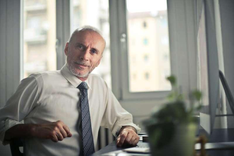 與其退休後在家無所事事,調查顯示,有更多人在過了65歲之後仍願意待在職場(圖/pexels)