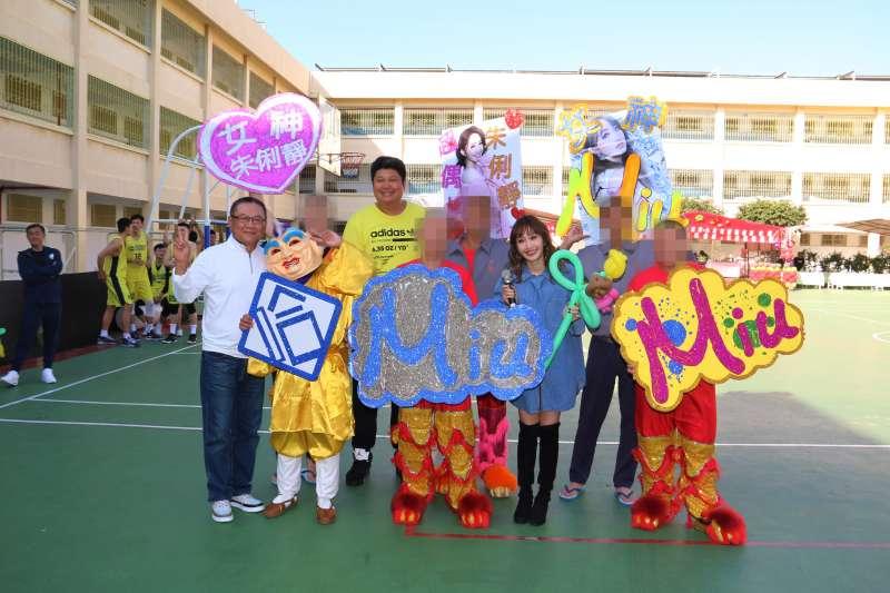 九太科技前往台中監獄舉辦公益籃球賽,藝人哈孝遠、朱俐靜也獲邀在年前送暖。(九太科技提供)