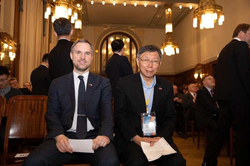 台北市長柯文哲日前出訪捷克,並與布拉格締結為姊妹市。柯文哲(左)14日與布拉格市長賀瑞普(Zdenek Hrib)一同參加「台北之夜」,慶祝2市締結為姊妺市。(台北市政府提供)