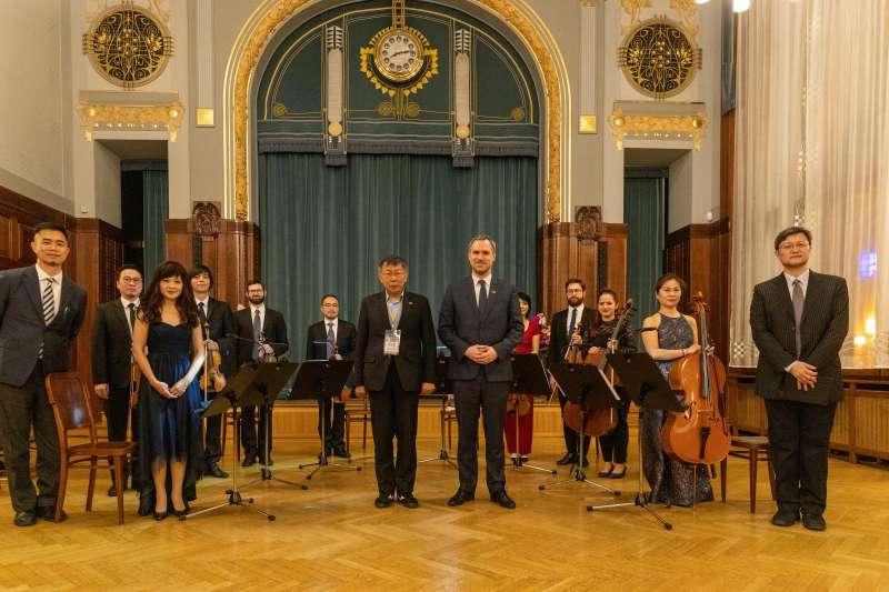 20200115-台北市長柯文哲出訪捷克,並與布拉格締結為姊妹市。柯文哲(左)14日與布拉格市長賀瑞普(Zdenek Hrib)一同參加「台北之夜」,慶祝兩市締結為姊妺市。(台北市政府提供)