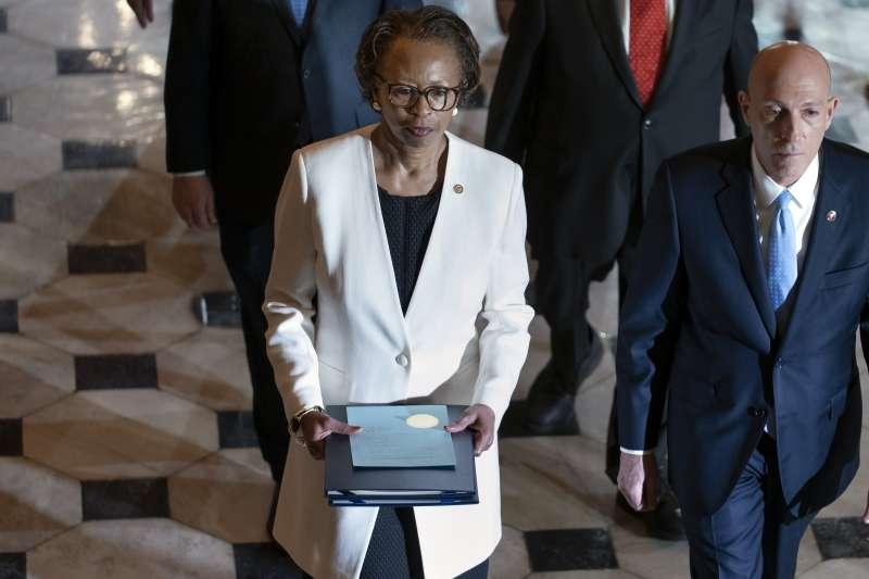 2020年1月15日,美國聯邦眾議院將川普總統彈劾條款移交參議院進行審判(AP)