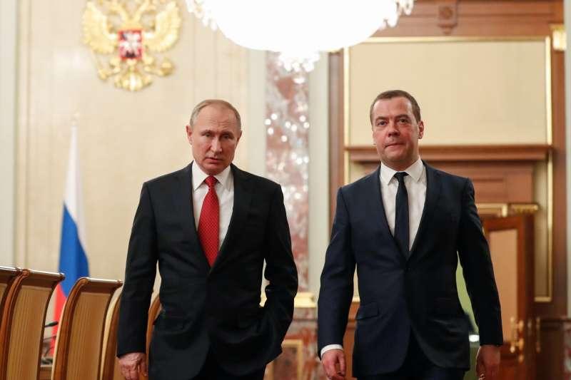 2020年1月15日,俄羅斯總統普京(Vladimir Putin,左)與總理德維捷夫(Dmitry Medvedev)(AP)