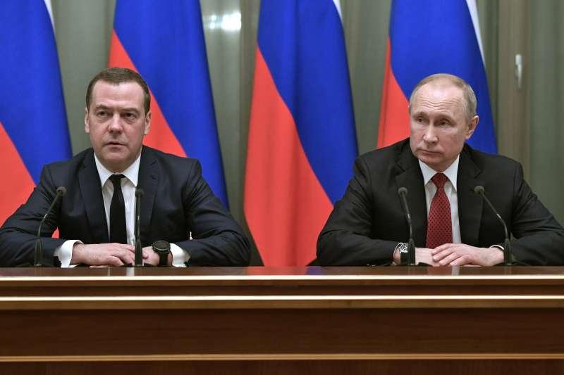 2020年1月15日,俄羅斯總統普京(Vladimir Putin,右)與總理德維捷夫(Dmitry Medvedev)(AP)