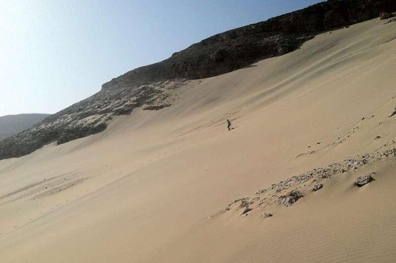 何偉從桑迪崖崖到埃及上阿拜斯附近的大西部沙漠。(取自何偉臉書)