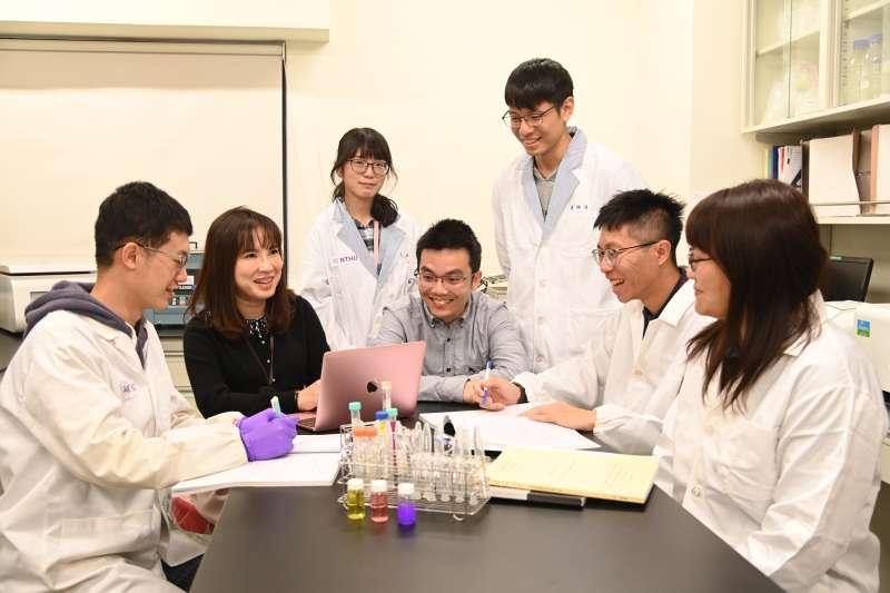 清華副教授陳韻晶(左二)、魯才德(中)帶領研究團隊研發出一氧化氮奈米載體,將腫瘤血管正常化。(圖/清華大學提供)