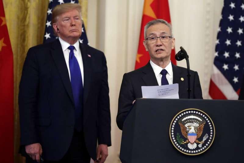 新冠疫情衝擊美中台關係。圖為為美國總統川普與中國國務院副總理劉鶴。(AP)
