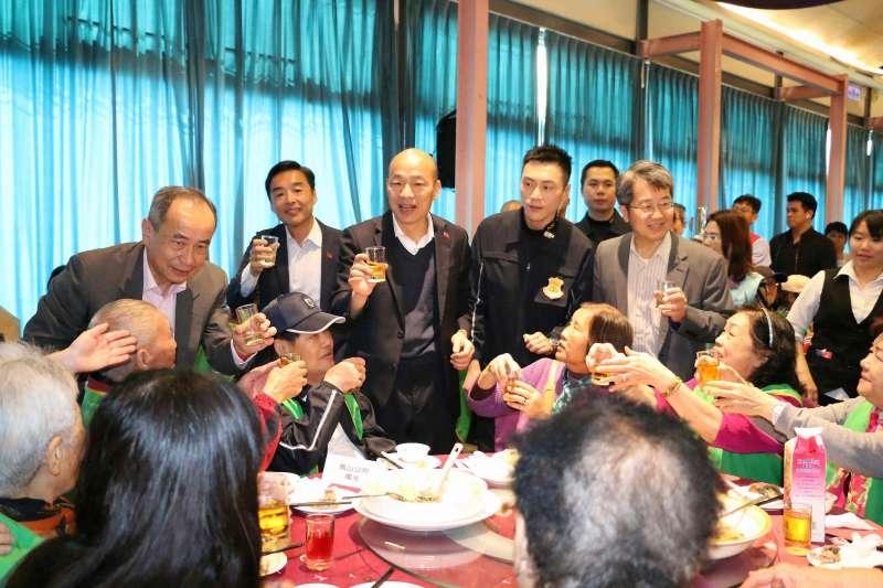 國民黨總統候選人韓國瑜身邊長相神似港星吳彥祖的警職特勤林政宏(右二),這周以來仍緊跟在韓身邊,堅持到最後一刻,絲毫不敢大意。(高雄市政府提供)