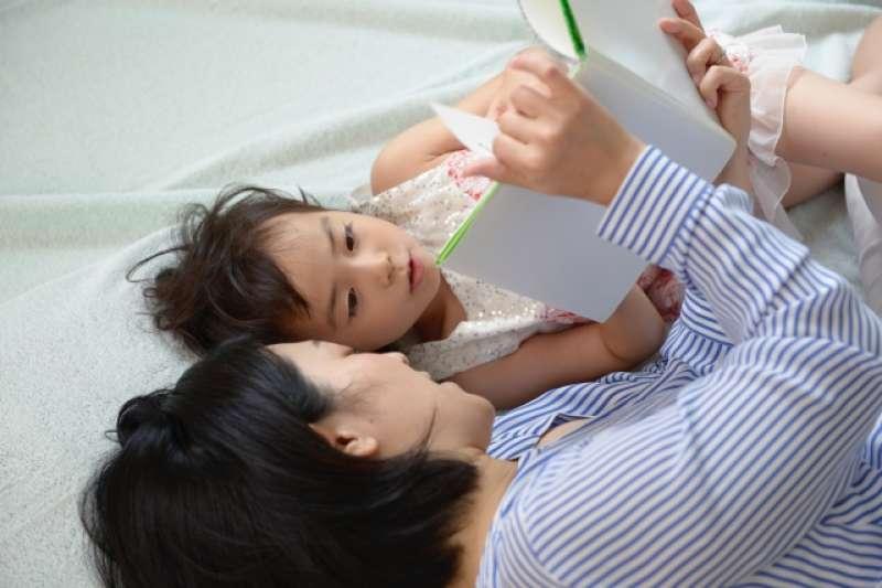 父母教育程度越高,越會在孩童3歲時進行導讀,這對孩童往後的認知能力、語言能力,以及社會互動上等指標都有很深遠的影響。(示意圖/acworks@photoAC)