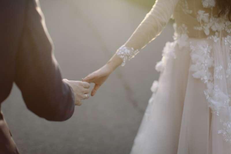 當你結了婚,從來就不代表你真正擁有這個人,而是你們共同分享了一段關係與連結,共同分享了生命中大部分時光。(圖/ pexels)