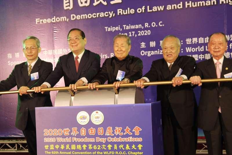 2020年123自由日慶祝大會17日上午在台北國軍英雄館舉行,由世盟中華民國總會理事長曾永權(左二)主持,數百人與會。(圖/世盟提供)