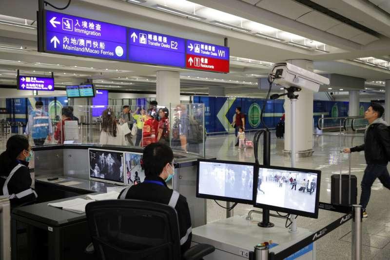 2019新型冠狀病毒(武漢肺炎)已在日本泰國傳出病例,香港海關也對出入境旅客加強查驗體溫。(美聯社)