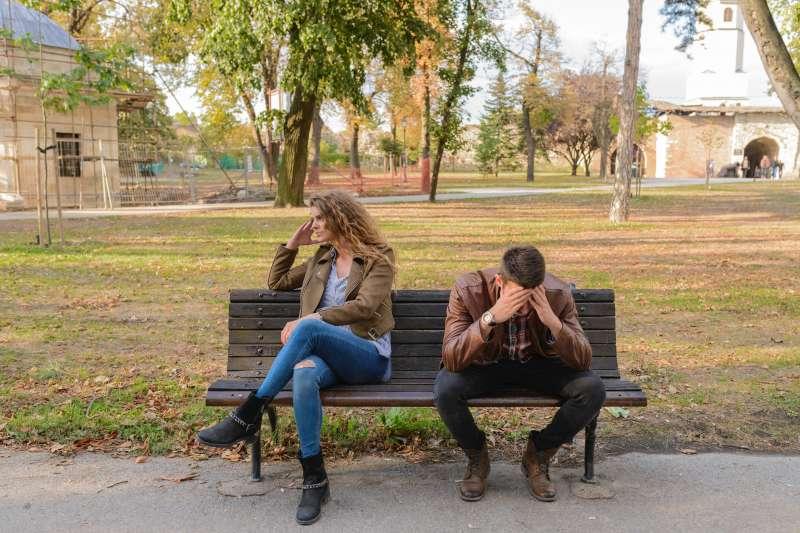不論是剛認識沒有多久的約會對象、交往一段時間的情侶,又或是已在婚姻中幾年的夫妻,常常都有「缺乏話題」這個問題。(圖/pixabay)