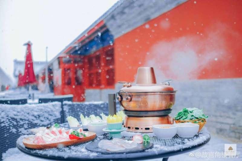 遭遇民眾反彈而取消今年的年夜飯活動,但去年推出的「朕的火鍋」相當受歡迎。(圖/ 角樓餐廳微博)