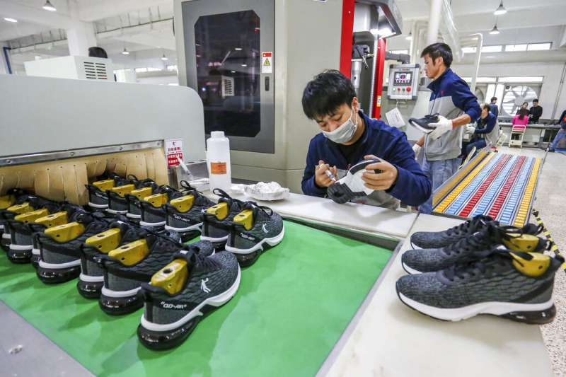 福建晉江市的一間鞋廠。中美貿易戰,中國經濟。(美聯社)