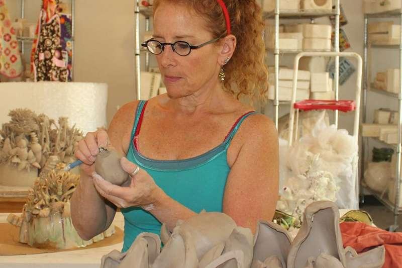 臺灣國際陶藝雙年展首獎得主經過2天由7位國際評審激烈討論,由來自美國的Susan Beiner《盛菊花》獲得青睞,成為競賽首獎的得主!(圖/新北市文化局提供)