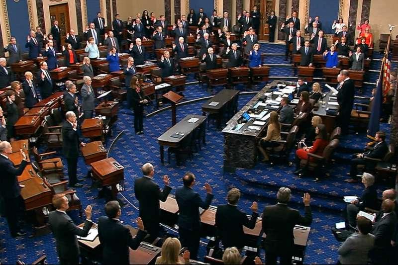 美國總統川普的彈劾審理16日正式展開,參議院100名議員進行宣誓擔任陪審員。(AP)