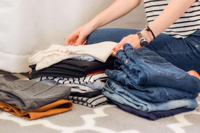 市面上有許多標榜「室內晾乾型」洗衣精,這些洗衣精和一般洗衣精有什麼差別呢?(圖/Unsplash)