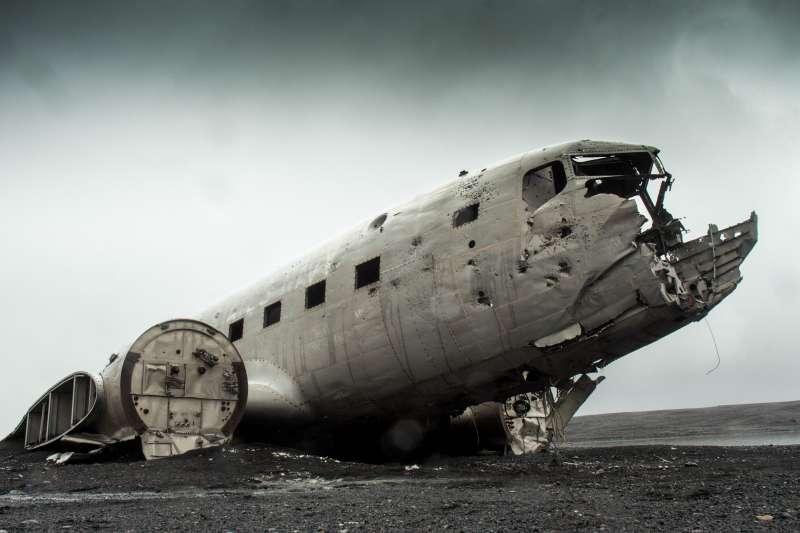 位於冰島南部「陽光沙攤」(Sólheimasandur)的飛機殘骸,是當地知名景點。(Blair Fraser mrblairfraser@wikipedia)