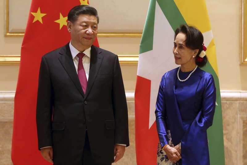 2020年1月17日,中國國家主席習近平抵達緬甸,進行為期兩天的訪問,與緬甸領導人翁山蘇姬合影。(資料照,AP)