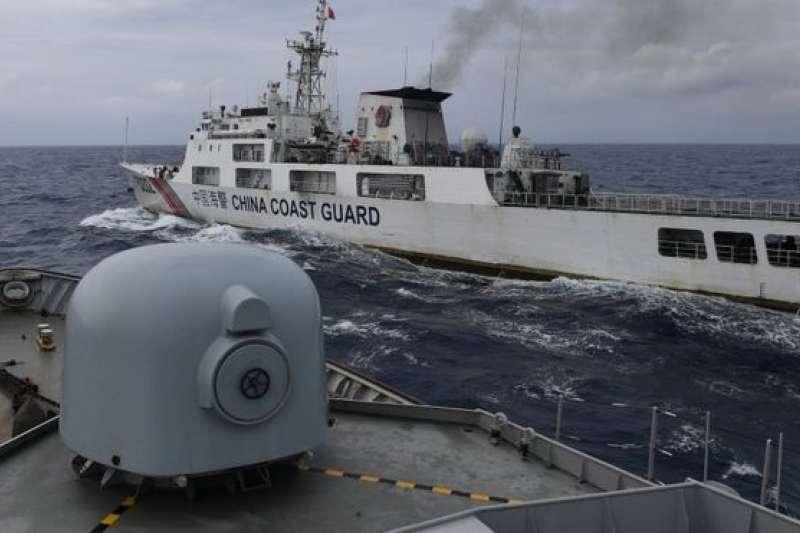 印尼指控中國海警艦護衛漁船在印尼專屬經濟區捕魚。(BBC中文網/REUTERS)