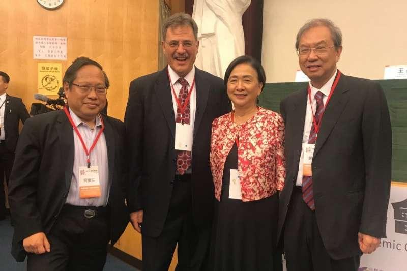 美國政治學者戴雅門(左二)認為,中國對待台灣的態度應從過去無效的軍事恐嚇歷史中覺醒。(取自戴雅門推特)