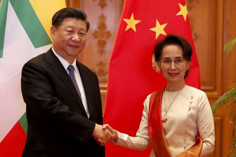 中緬關係近年來急速發展,圖為中國國家主席習近平(左)與緬甸國務資政翁山蘇姬(右)。(資料照,美聯社)