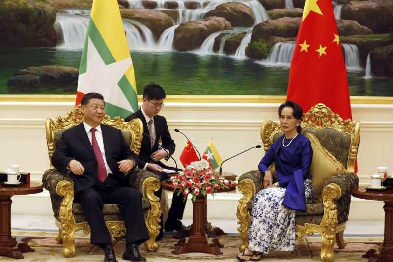中國國家主席習近平與緬甸國務資政翁山蘇姬(AP)