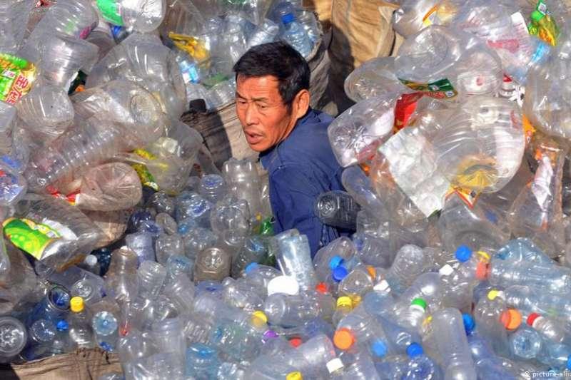 中國採取措施解決塑膠泛濫的問題,包括引入強制性回收系統。該系統正在上海等城市試行。(德國之聲)