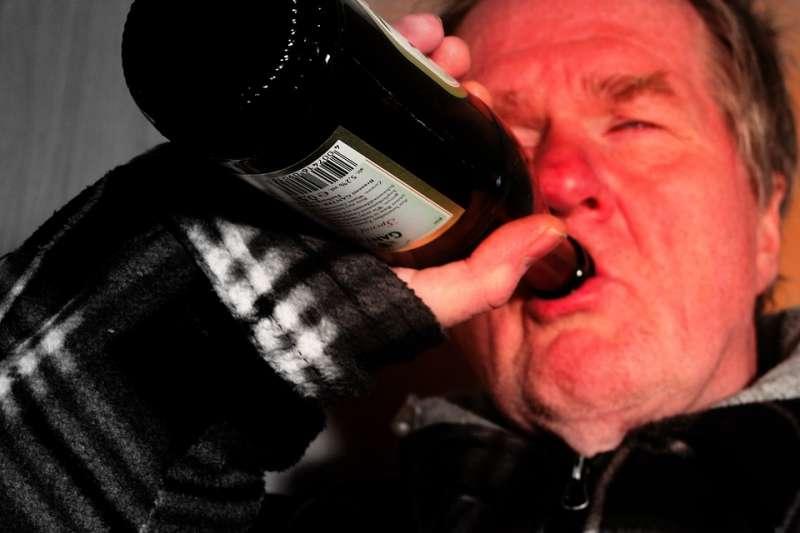 根據2019年美國史丹佛大學的最新研究證實,喝酒容易臉紅的人,不僅會大幅提高罹患癌症的風險,還會加速阿茲海默症的發生,而阿茲海默正是衍生失智症的最主要成因。示意圖。(取自geralt@pixabay)