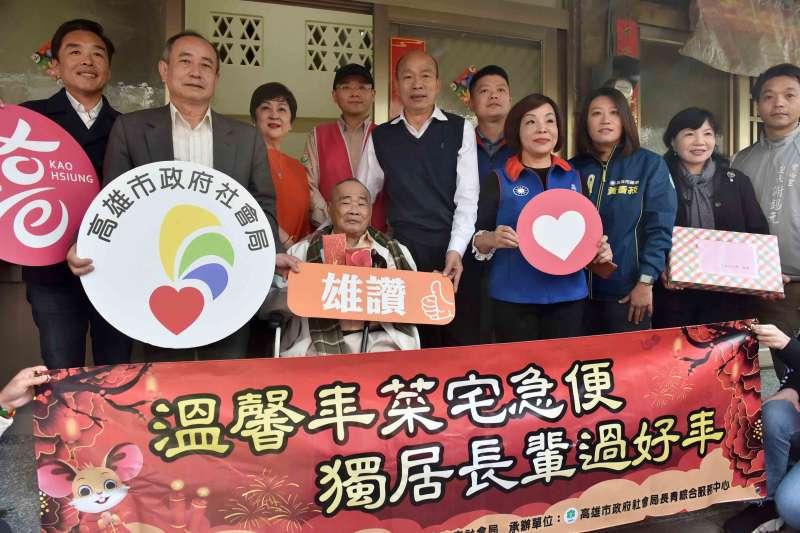 高雄市長韓國瑜(右五)20日與高雄公益大使甄珍(左三)親至2名獨居長輩家中,致贈年節禮盒。(高雄市政府提供)