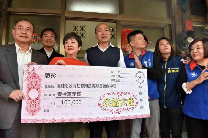 20200120-高雄市長韓國瑜於春節前夕慰訪獨居長輩。(高雄市政府提供)