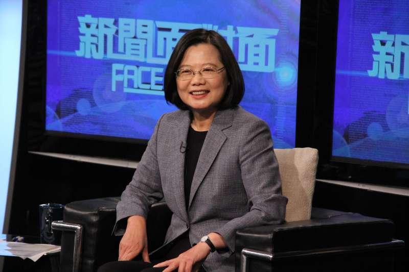 總統蔡英文(見圖)在年代新聞《新聞面對面》回應部分媒體指她提到「中華民國台灣」是改國號,蔡英文表示前總統馬英九談話時,身後的背板也是這樣寫。(年代新聞提供)