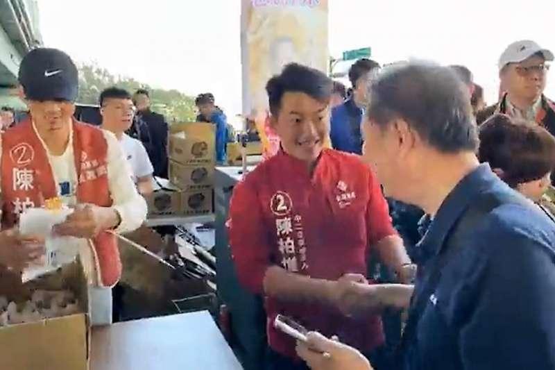 基進黨立委當選人陳柏惟(中)20日在台中,幫忙網紅館長代發2000份雞排。(取自3Q陳柏惟臉書直播)
