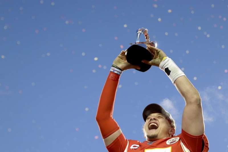 堪薩斯酋長在NFL季後賽過關斬將,而連續兩場下注100萬美金給酋長對手的德州家具行老闆麥金威爾,也因此賠了賭金。(美聯社)