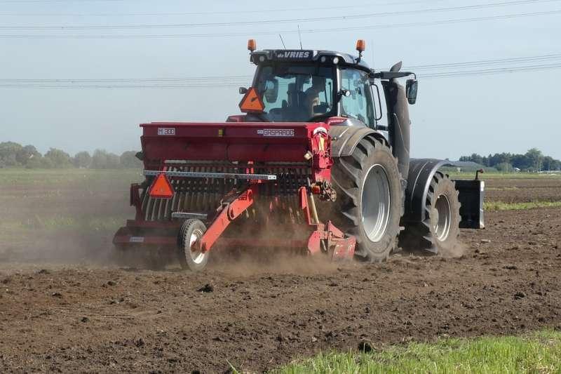 德國農民與環保人士對壘加深,德國農民選在當天展開一場名為「土地創造聯繫」活動,將數千輛牽引機開上全國各地城市街頭。(牽引機示意圖/ Elsemargriet@pixabay)