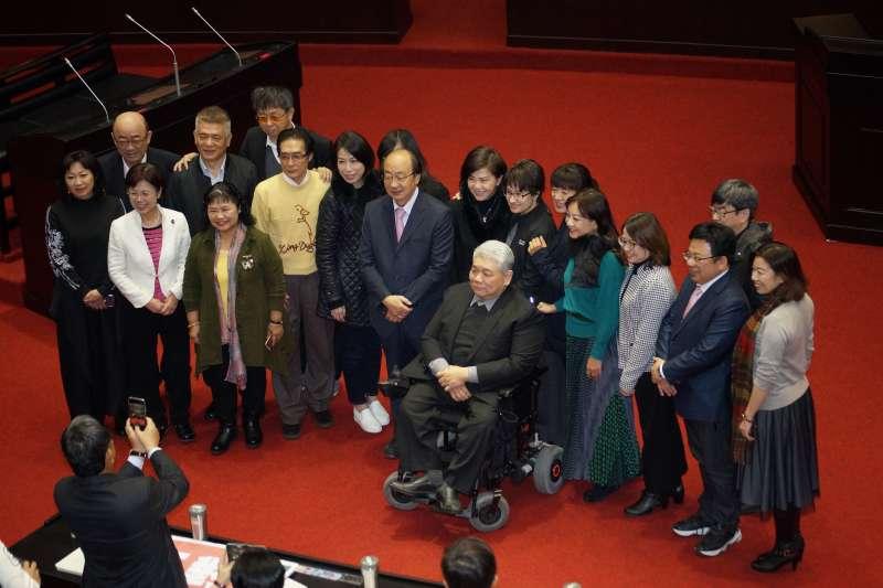 20200120-民進黨未連任立委20日於議場拍攝畢業照。(盧逸峰攝)
