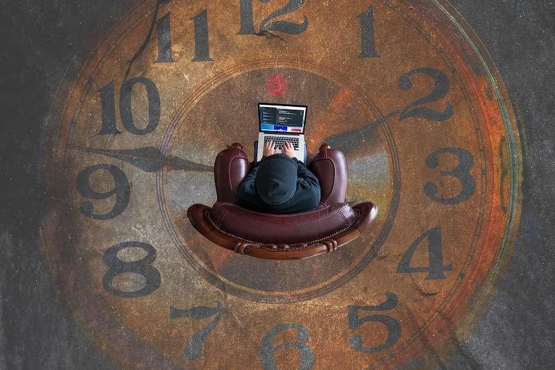 在商業世界中,恪守時間,是項基本的能力;也就是理解、尊重別人的時間顆粒度。(圖/unsplash)