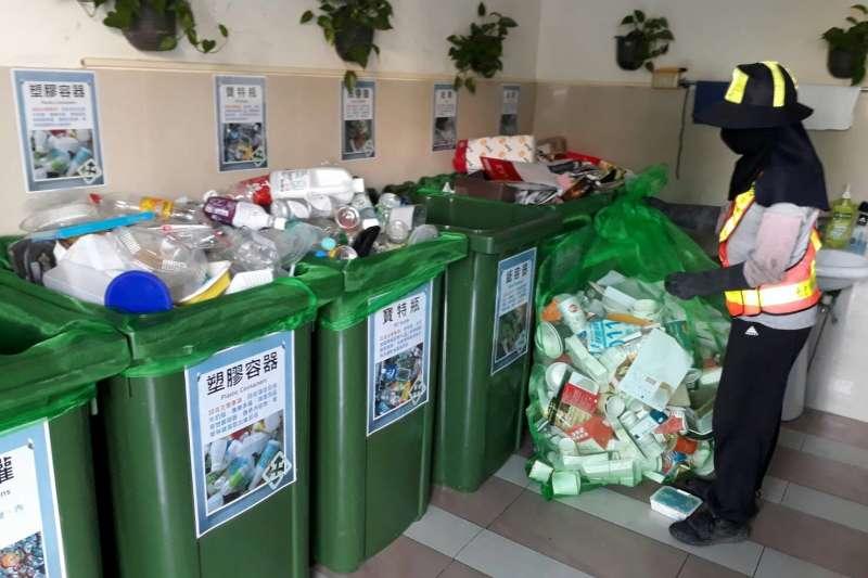 臺中市資收戶將指定回收物拿給清潔隊,中市環保局針對12項回收價格再加碼提高。(圖/臺中市政府提供)