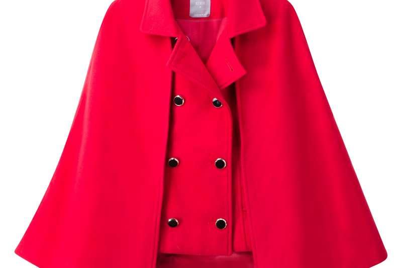 穿新衣過好年,國內知名Outlet業者推出多款時尚服飾,搶過年商機,圖為新春嚴選好物AEVEA斗篷外套。(圖/禮客OUTLET提供)
